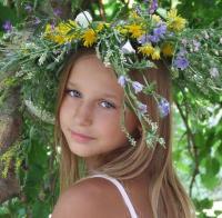 Эта девочка - дочь Девушки-Весны.  Ее зовут Ромашка и она очень.